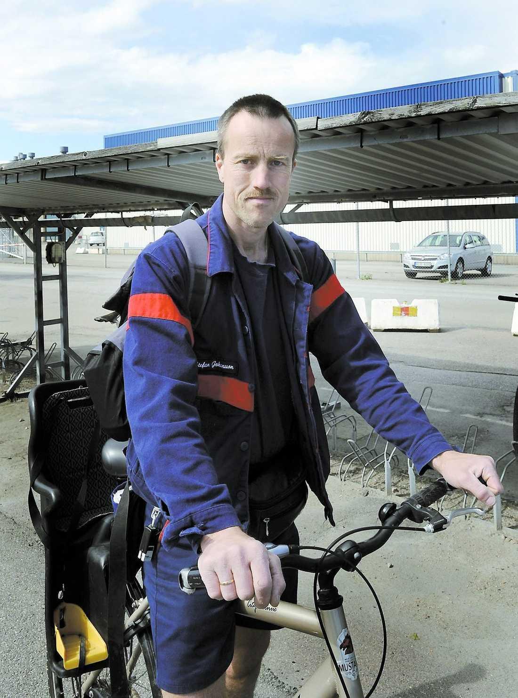 """jobbar vidare """"Det känns ändå tryggare att Saab blir svenskt igen"""", säger Stefan Johansson, 44, justerare på fabriken i Trollhättan. """"Nu tror jag att Saab lever vidare, sedan får vi se hur länge det blir."""""""