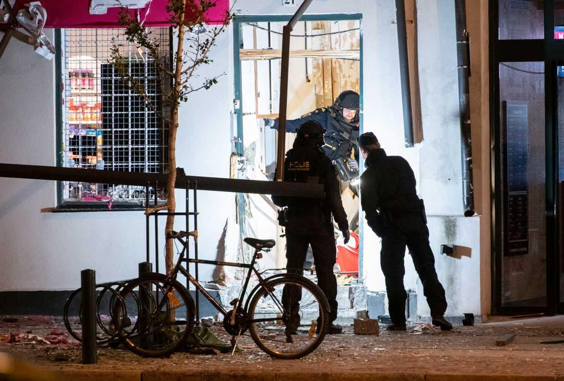 Nationella bombskyddet undersöker entrén.