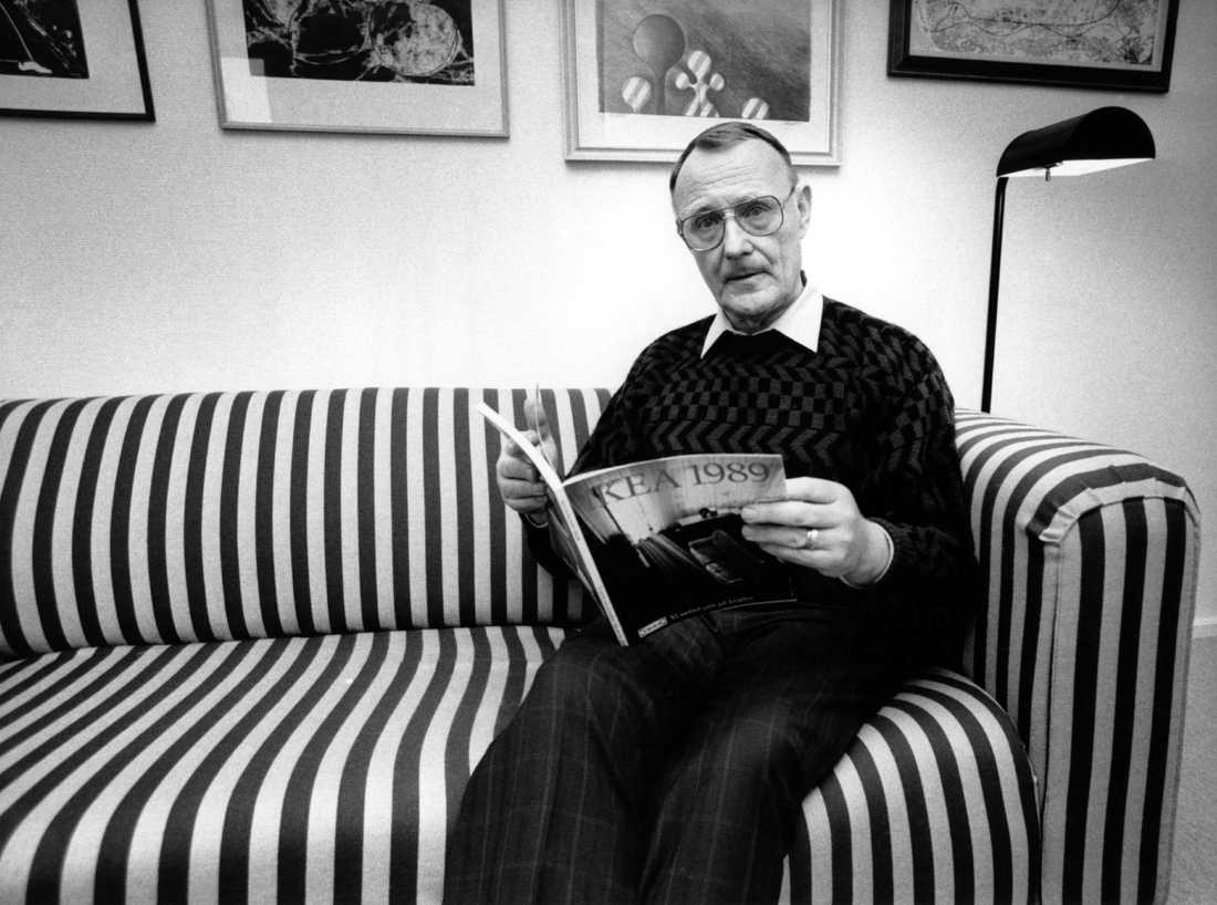 Ingvar Kamprad, IKEA:s grundare, sitter i en svart- och vitrandig Klippan-soffa 1988.