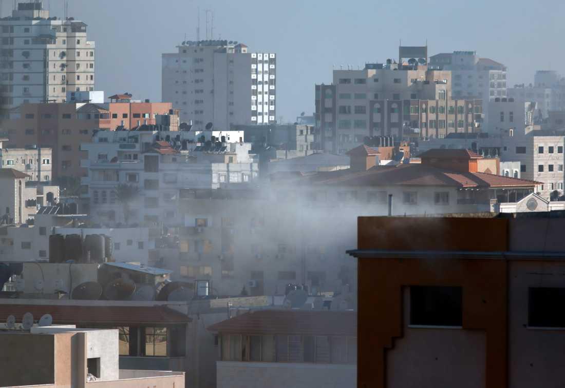 En byggnad i Gaza City träffades av en israelisk missil under fredagsmorgonen.