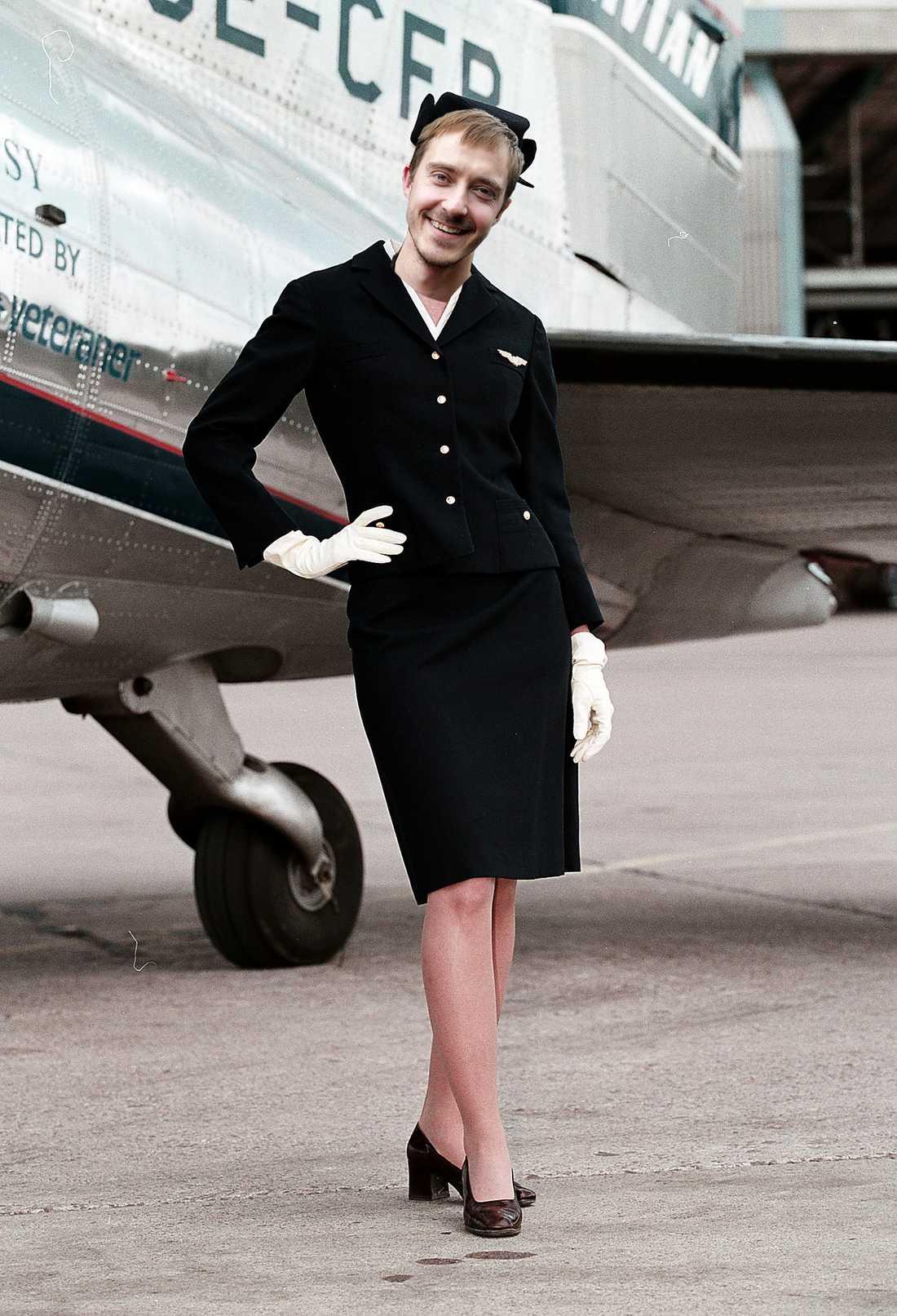 MEN FAR & FLYG Jonas Karlsson spelar en pilot som tvingas klä ut sig till kvinna för att få jobb genom könskvotering. Bilden är ett montage.