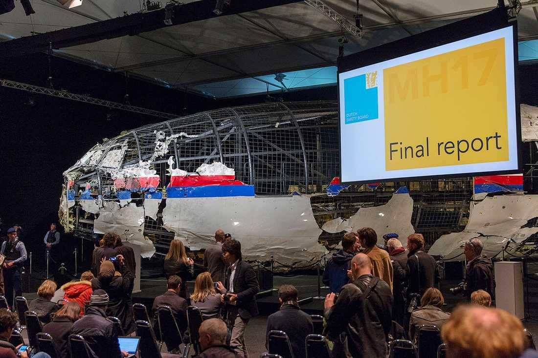 En rekonstruktion av MH17 med upphittade vrakdelar.