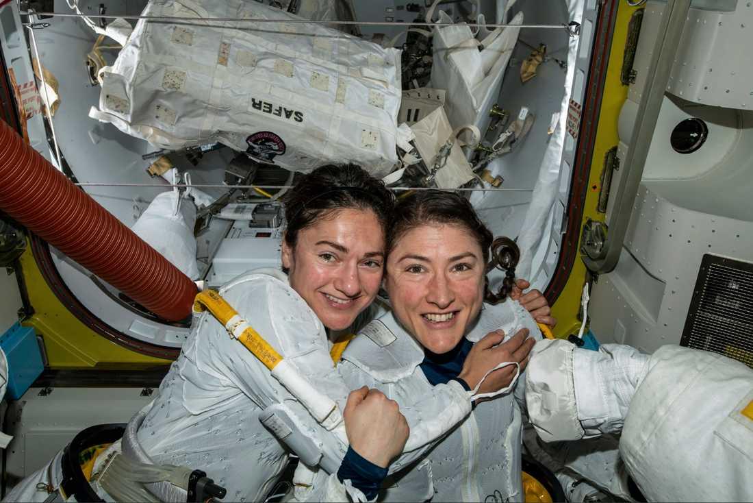 Astronauterna Jessica Meir och Christina Koch i samband med att de skrev historia då de i oktober i fjol genomförde den första helt kvinnliga rymdpromenaden.