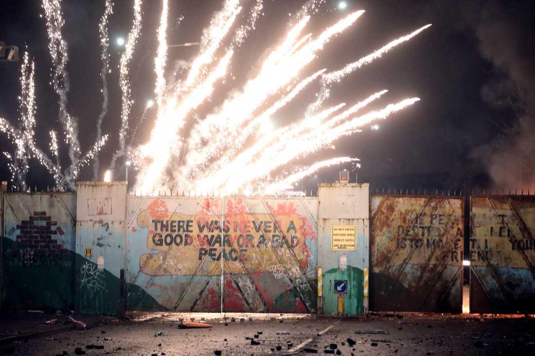En explosion vid sammandrabbningarna mellan så kallade nationalister och lojalister i Belfast i Nordirland.