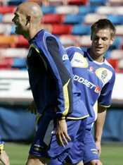 Marcus Rosenberg tittar fram bakom Daniel Majstorovic.