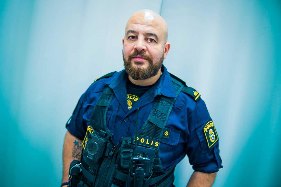 Martin Lazar, polis i Botkyrka, kom till Sverige från Irak som 15-åring. Han säger att han ofta får användning för sina kunskaper i assyriska och arabiska.