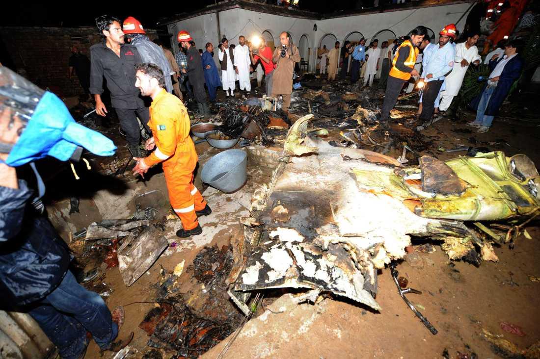 Enligt uppgifter dog alla 127 passagerarna och flera på marken.