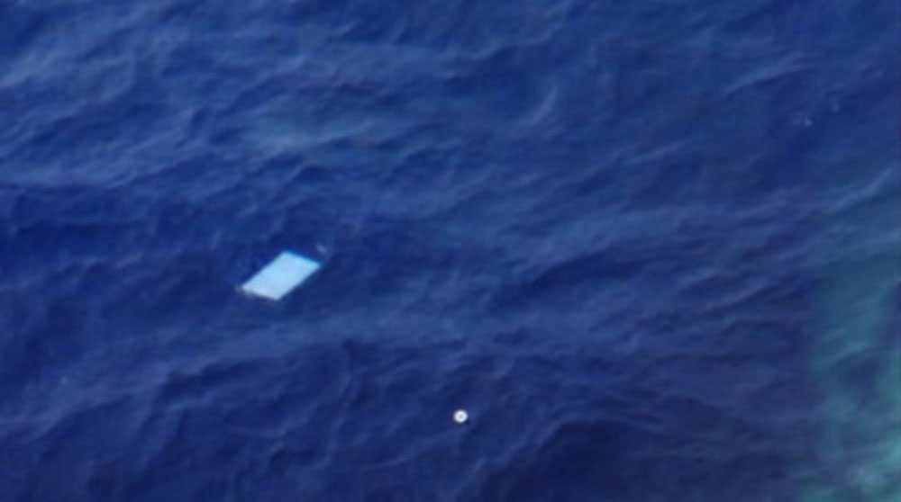 En journalist ombord på ett spaningsplan tog den här bilden på bråte i havet som siktades under sökandet efter MH370. Det visade sig senare att föremålen var skräp som flöt på havsytan och de kopplas inte till MH370.