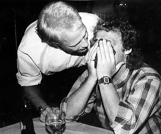 Den klassiska bilden när Mats Magnusson tröstar en förkrossad Robert Prytz 1985 efter att Portugal snuvat Sverige på en plats i VM-slutspelet.