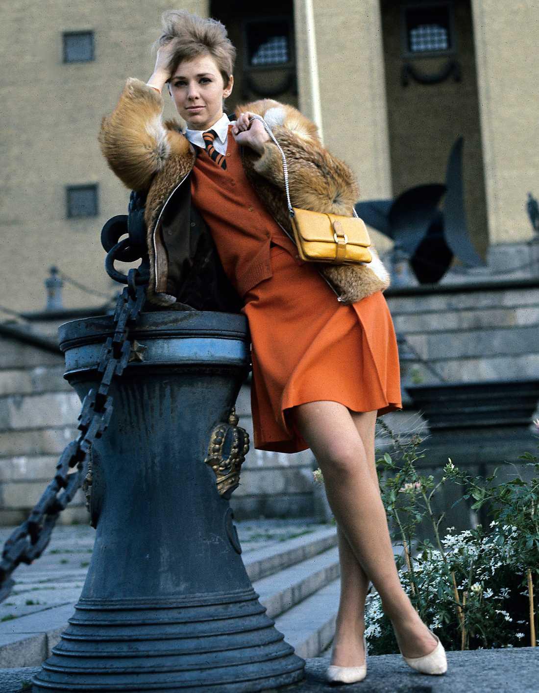 Anita Lindblom 1967 PB: Anita Lindbloms stil är en perfekt blandning av flickigt och pojkigt. En cool 60-talslook som med ett annat par skor skulle funka hur bra som helst år 2014.  NJ: Wow, vilka sköna brit-vibbar man får av det här. Jag tänker Beatles, Twiggy och London. Anita har tveklöst hittat pop-stilen som gällde på 60-talet. Hon var alltid cool med sin korta bob och gjorde ibland väldigt inspirerande klädval.