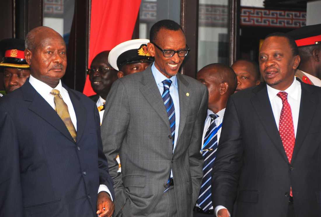 Ugandas president Yoweri Museveni (till vänster) och Rwandas president Paul Kagame (i mitten) tillsammans med Kenyas president Uhuru Kenyatta 2013. Arkivbild.