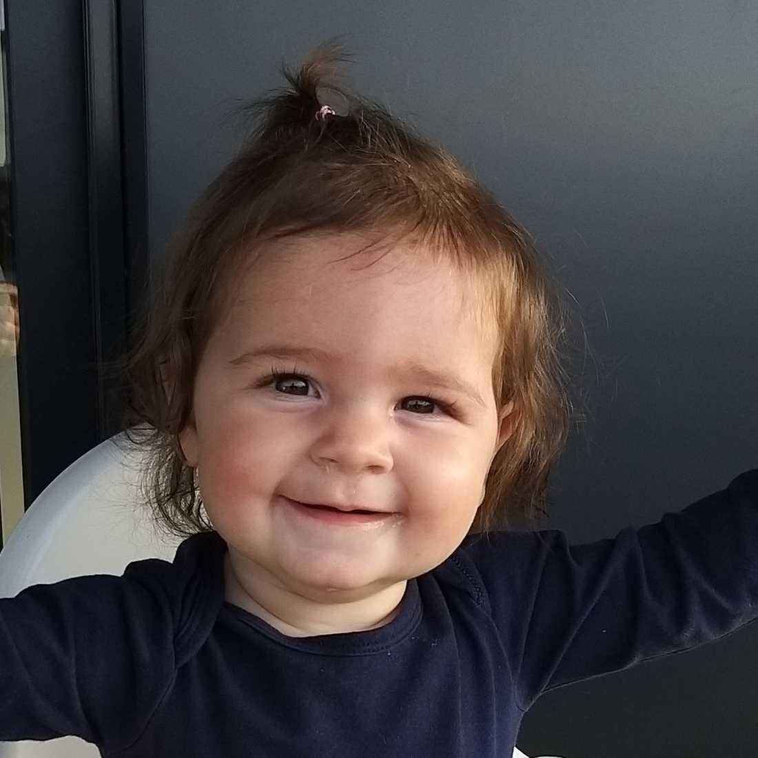 """Här syns Sara åtta månader: """"Hon föddes med mycket hår. På sjukhuset hade de aldrig sett något liknande innan. Hon är världens lugnaste flicka med ett stort leende"""", hälsar pappan Daniel Sjöstrand som bor i Göteborg och Barcelona."""
