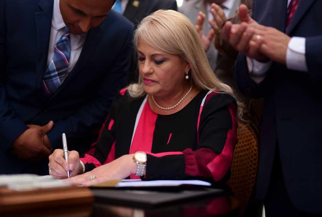 Puerto Ricos guvernör Wanda Vázquez skriver under tuppfäktningslagen.