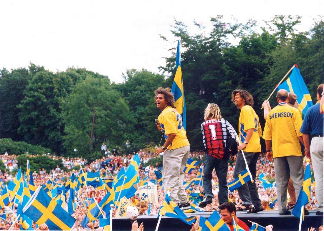 """""""När vi gräver guld..."""" Rålambshovsparken kokade vid mottagningen av spelarna efter fotbolls-VM i USA 1994."""