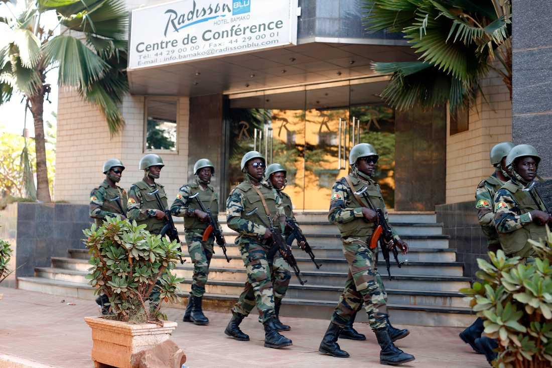 Soldater utanför hotell Radisson Blu i Malis huvudstad Bamako efter dådet 2015. Arkivbild.