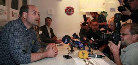 Ulf Carmesund hpåller presskonferens.