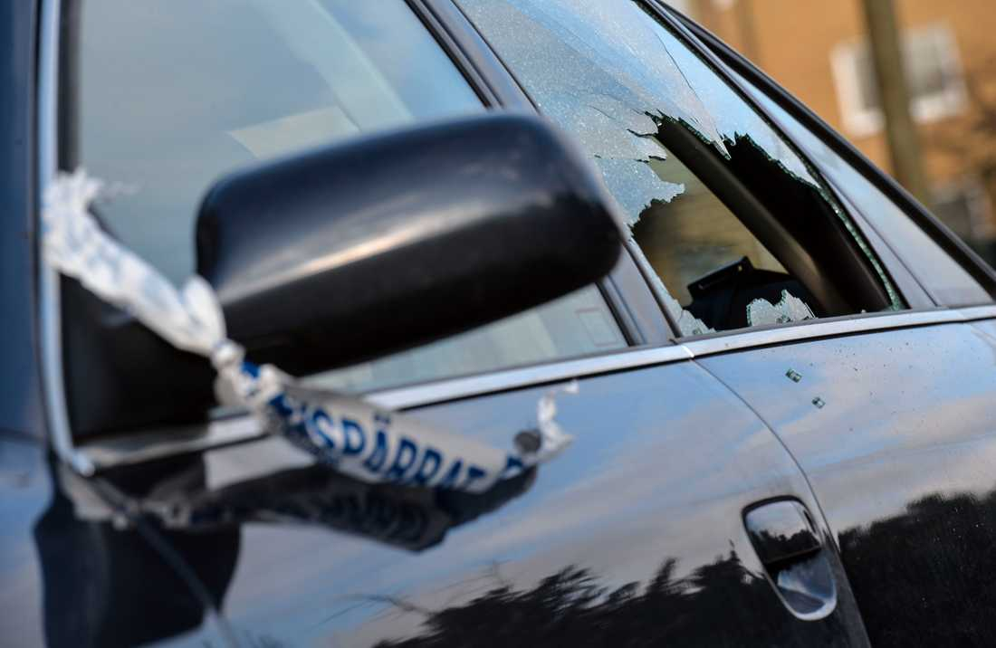 Flera bilar har blivit beskjutna med luftgevär så att rutorna krossats. Arkivbild.