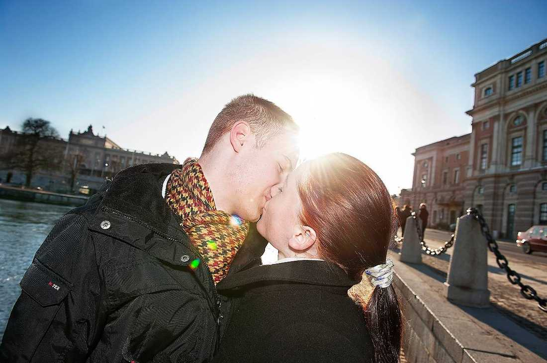Vårkänslor Vladimirs Savecs ger sin flickvän Nadja Voronkova en puss i solskenet i Stockholm. Nu kommer äntligen våren med värme, tussilago och spirande kärlek.