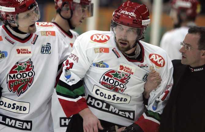 SLUTSPEL...AT I elitserieslutspelet tog det slut för Forsberg efter en tackling av Färjestads Peter Nordström. Forsberg fick ledas av på vingliga ben med en hjärnskakning.