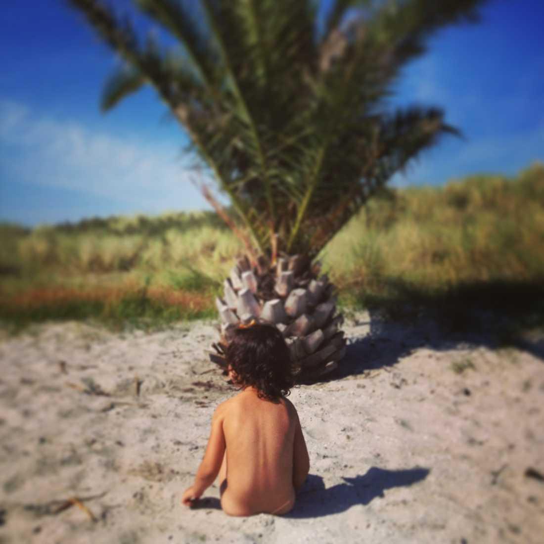 Min underbara dotter Melanija på Palmestranden i Danmark.