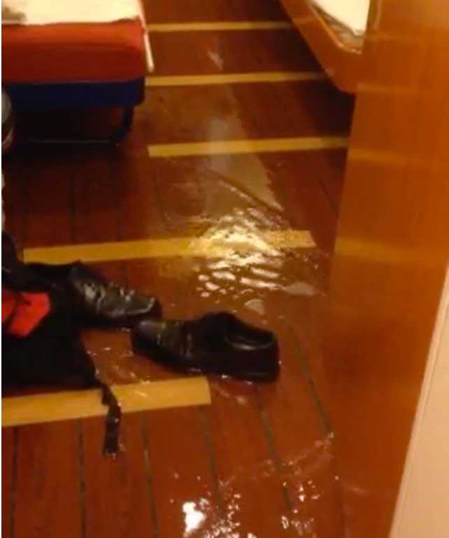 Vattnet tog sig in i passageraren Marias hytt.
