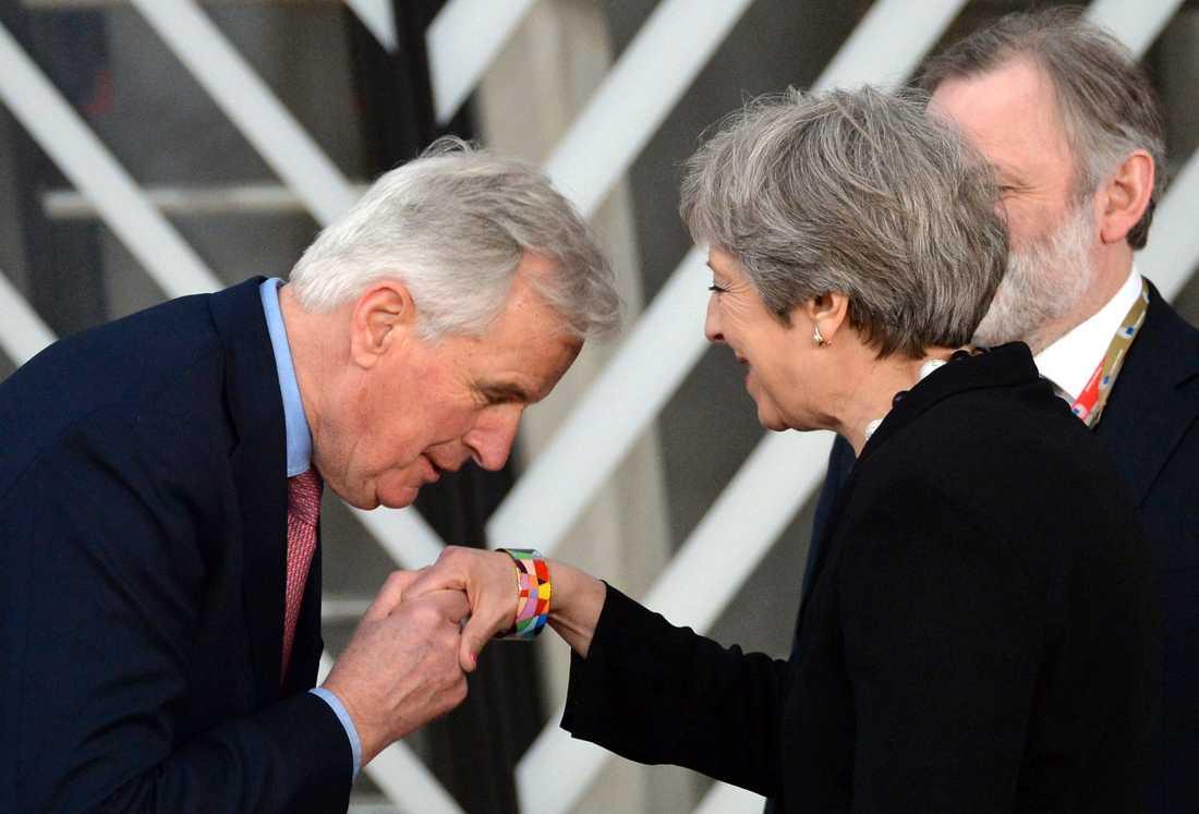 Två av huvudpersonerna i brexitdramat: EU:s chefsförhandlare Michel Barnier och Storbritanniens premiärminister Theresa May. Arkivfoto.