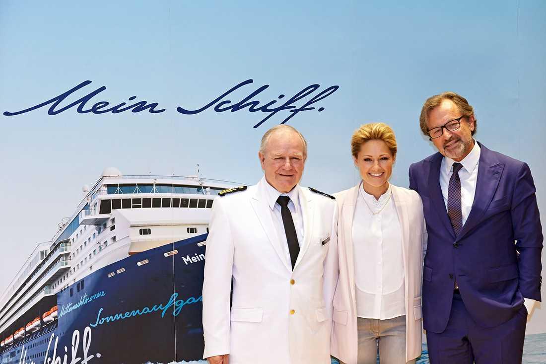 Kapten Kjell Holm från Finland, fartygets gudmor den tyska sångerskan Helene Fischer och TUI Cruises vd Richard Vogel.