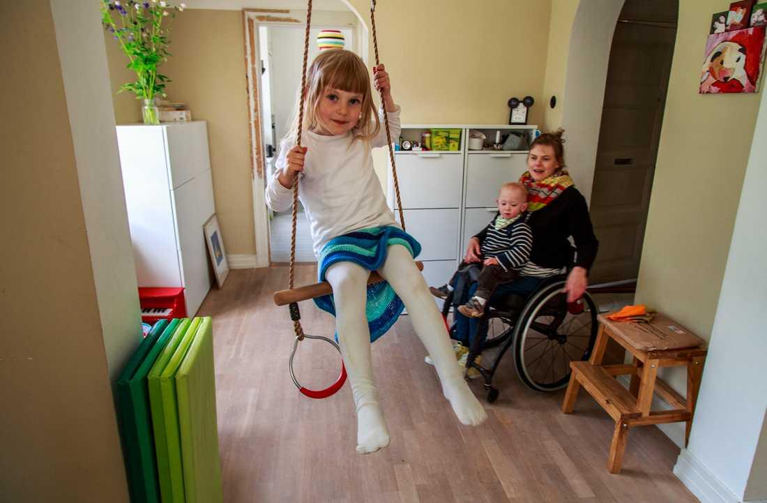"""""""Att vara förälder i rullstol kräver lite mer planering och tid"""", säger Anna Oredsson, mamma till Maja, 4, och Otto, 1,5 år."""