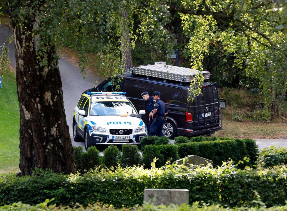 Två pojkar hölls fångna på en kyrkogård i Solna under natten.