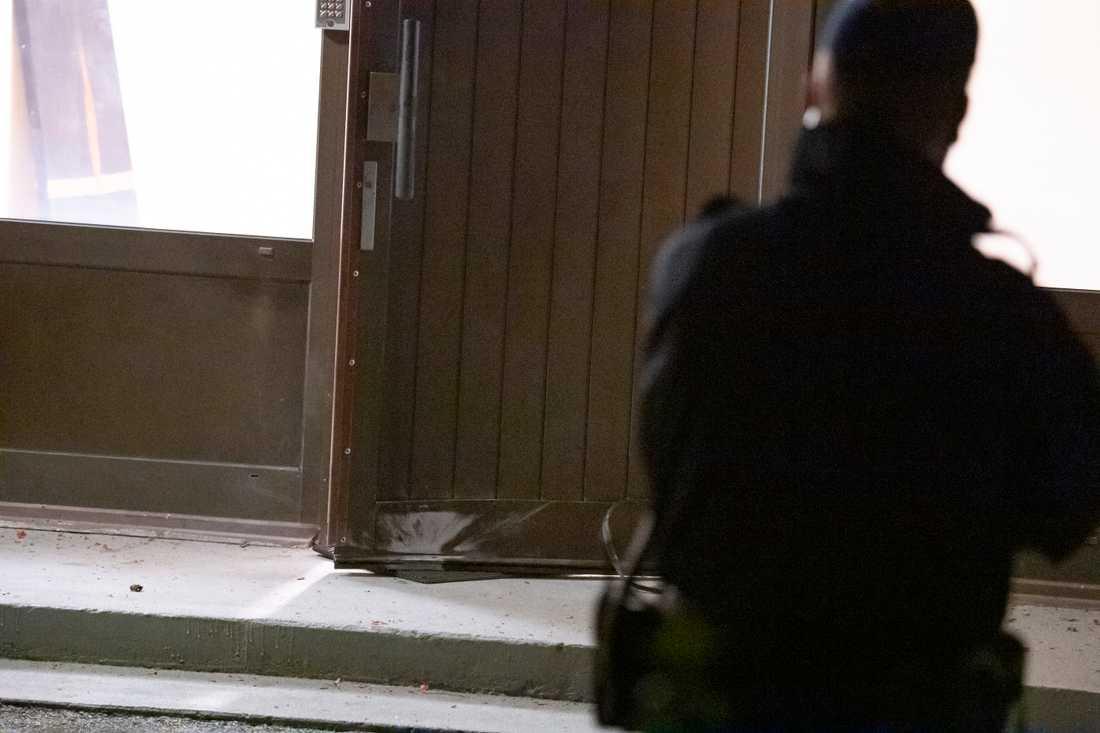Polisen har spärrat av platsen och kallat in tekniker och nationella bombskyddet.