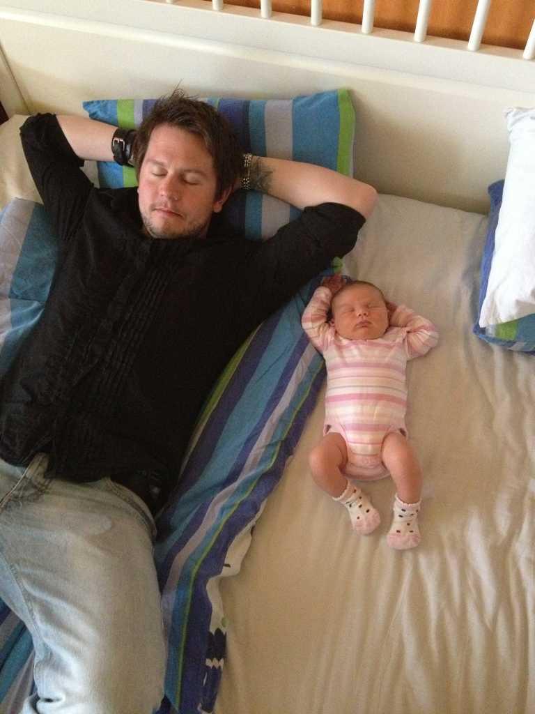 Här myser pappa och dotter inne, när det är för varmt att vara ute