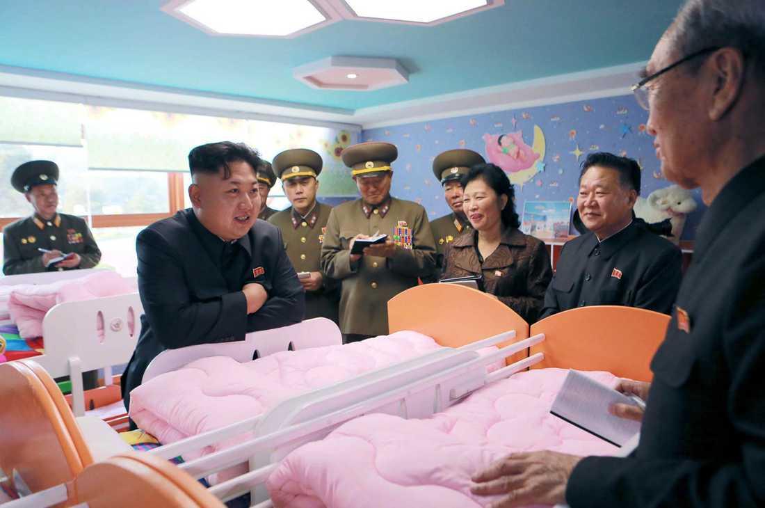 Kim Jong-Un tittar på barn.