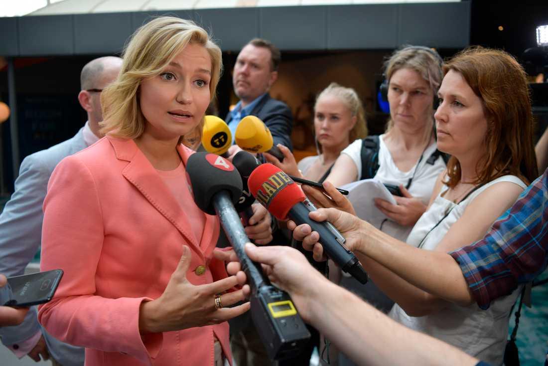 Kristdemokraternas partiledare Ebba Busch Thor (KD) kommenterar Lars Adaktussons avgång under en pressträff.