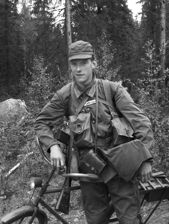 """Christer Petterssons militärtjänstgöring slutade med att han skickades hem på grund av hot, lögner och stölder. Men enligt lumparkompisarna var det inte alla som stod bakom beslutet. Ett högt befäl ska ha sagt: """"Det är konstigt. Det finns ungefär tusen rekryter här, men det fanns bara en enda riktig soldat – och honom skickade man hem."""""""