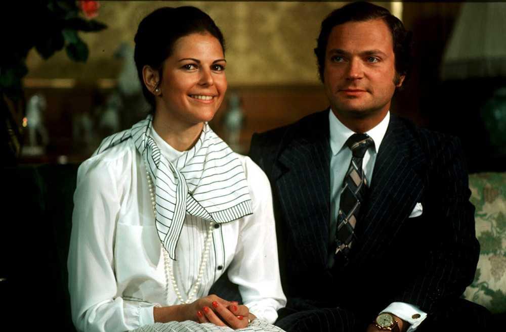 国王和西尔维娅(Silvia)于1976年在皇家宫殿西比拉公主的地板上会见了新闻界。 西尔维亚通过讲一点瑞典语使记者感到惊讶。