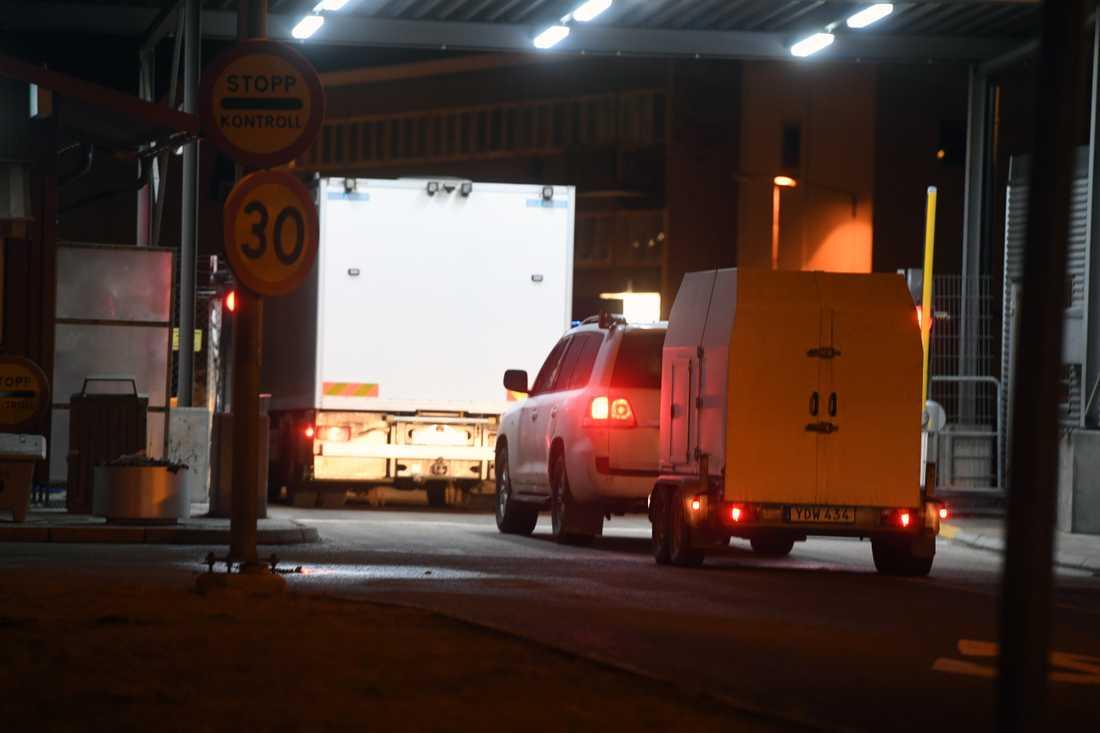 Polisens bombgrupp anländer till Arlanda efter hotet.