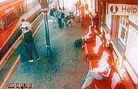 David Gibson lyckades i sista stund kasta sig undan det inkommande tåget.