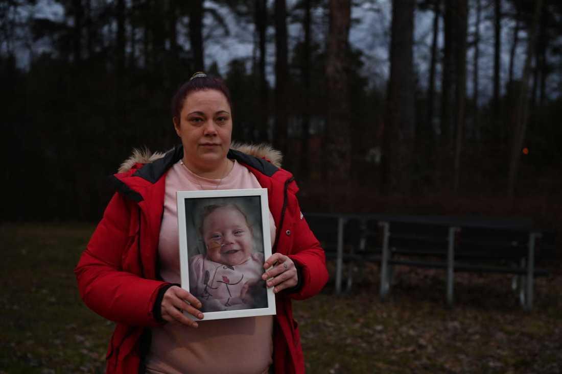 Mamma Pernilla med en bild på Vilja.
