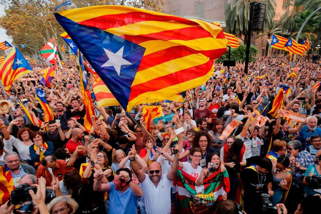 Firande utanför parlamentet i Barcelona efter omröstningen.