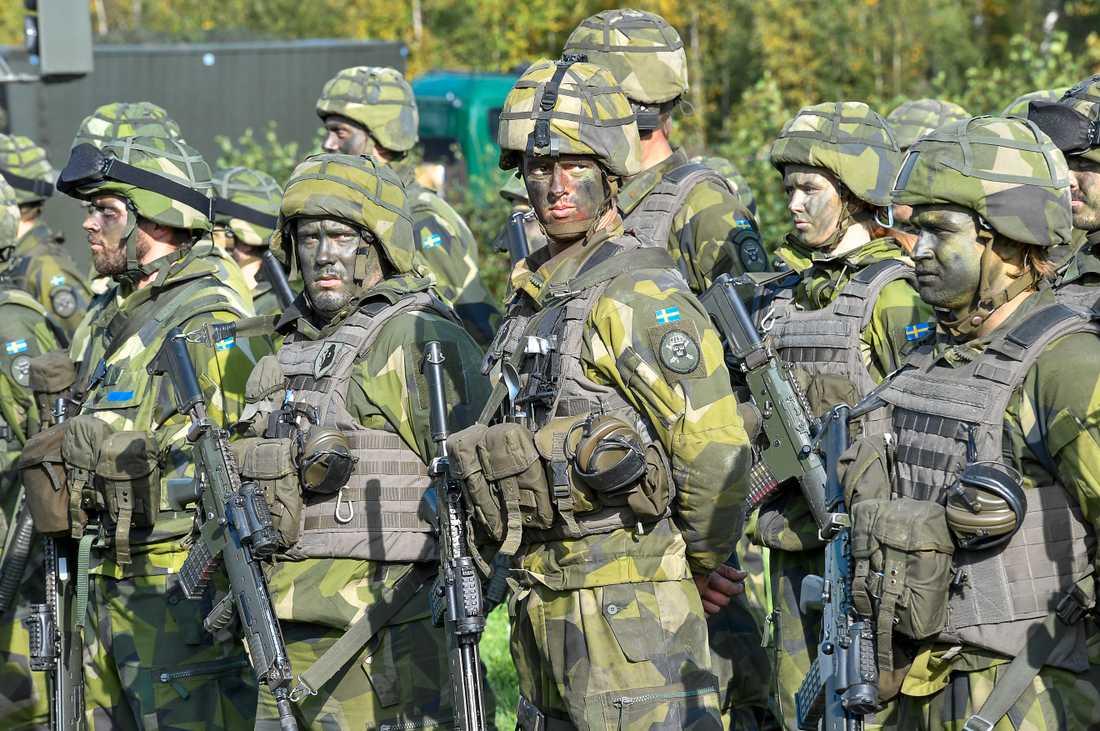 Soldater med kamouflagemålning under försvarsövningen Aurora 17. Arkivbild.
