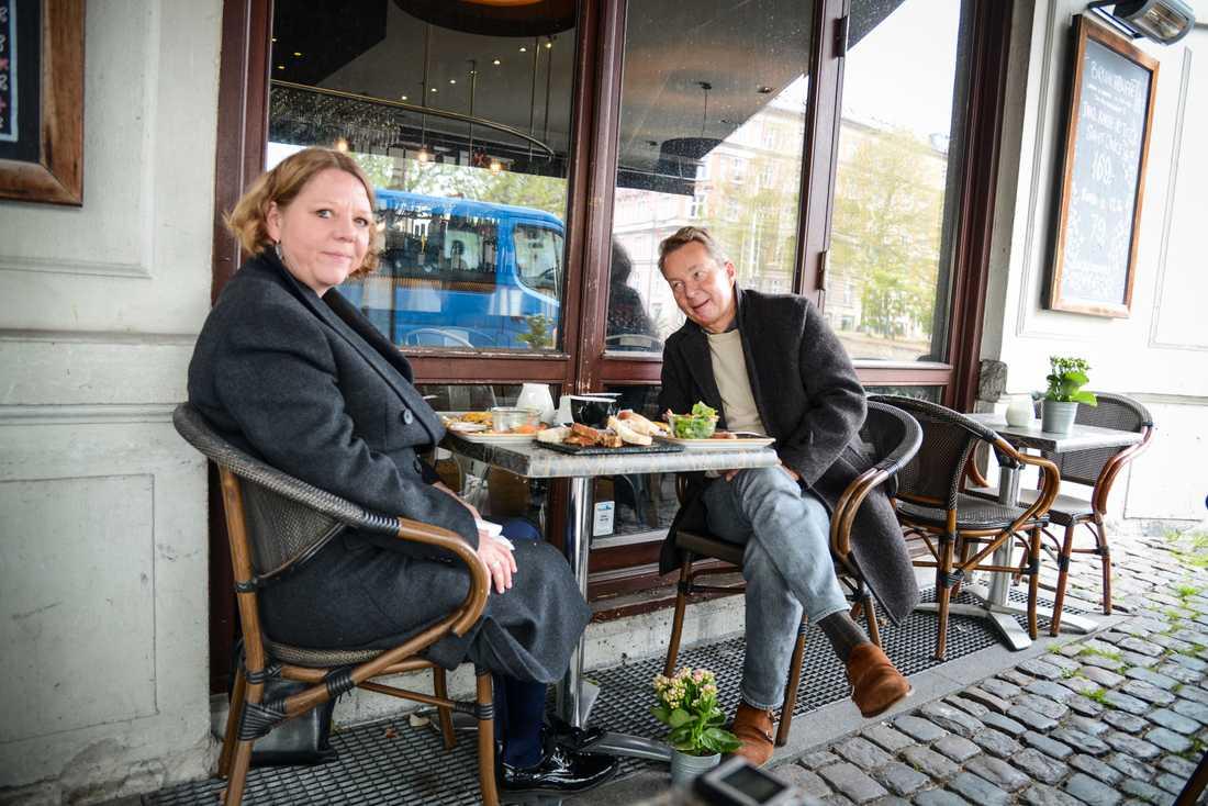 """Xenia Lund och Niels Hasager njuter av omelett under markisen i vårregnet. """"Det är det mest fantastiska som hänt mig på två månader"""", säger Xenia Lund."""