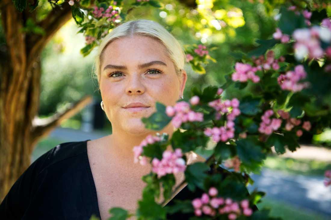"""Johanna Nordström säger att det är viktigt för henne att inte visa upp en finpolerad sida på sociala medier. """"Sedan har jag inte så mycket finpolerat att visa upp. Jag har inte en fyra på Östermalm med 'walk in closet' där jag kan visa upp mina märkeskläder. Jag tror jag har visat upp en rättvis sida av mig själv, inte utseende- och pengahets utan en vanlig person som håller på med humor"""", säger hon."""
