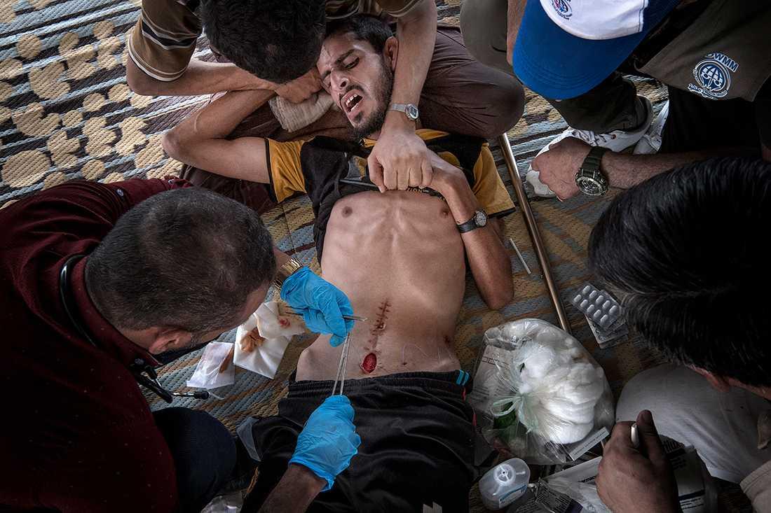När Mohammad Ali Mohammad skadades i juni av en IS-granat fick han enkel vård av läkare på ett IS-kontrollerat sjukhus. Såret på magen har öppnat sig när familjen kommer till fältkliniken i östra Mosul, och Mohammad får en snabb operation av en volontärarbetande kirurg.