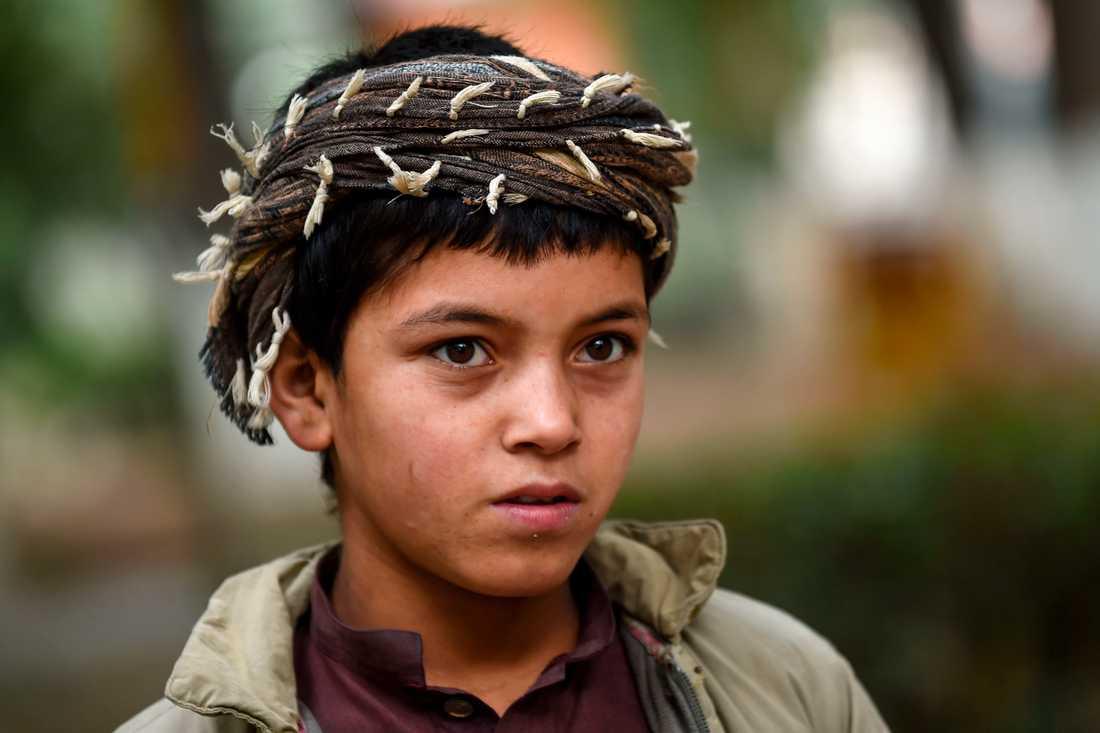 Sabir, elva år, säljer torkad frukt och nötter på Kabuls gator. Arton år efter det att kriget i Afghanistan bröt ut är freden bara en dröm för landets unga.
