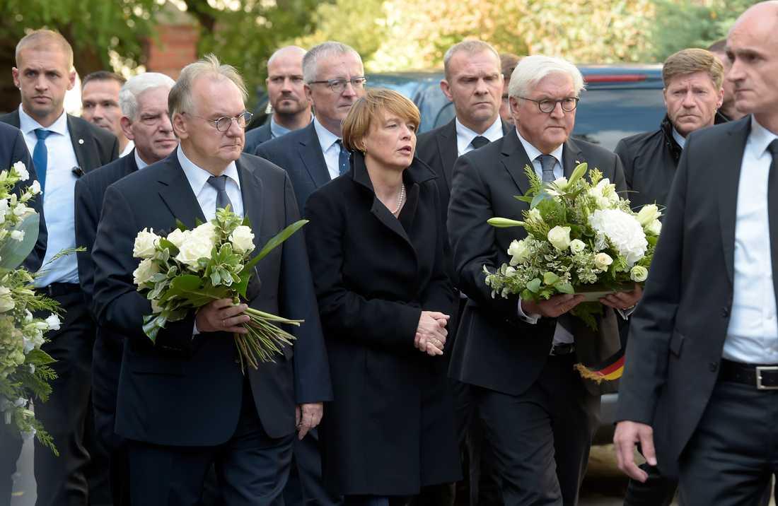Tysklands president Frank-Walter Steinmeier (tredje till höger) och hans fru Elke Buedenbender anländer till synagogan som utsattes för terrordådet på onsdagen.