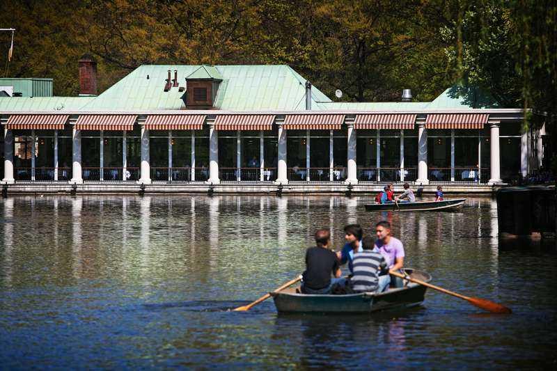 Här, på exklusiva Boathouse i Central Park, äter Madeleine ibland.