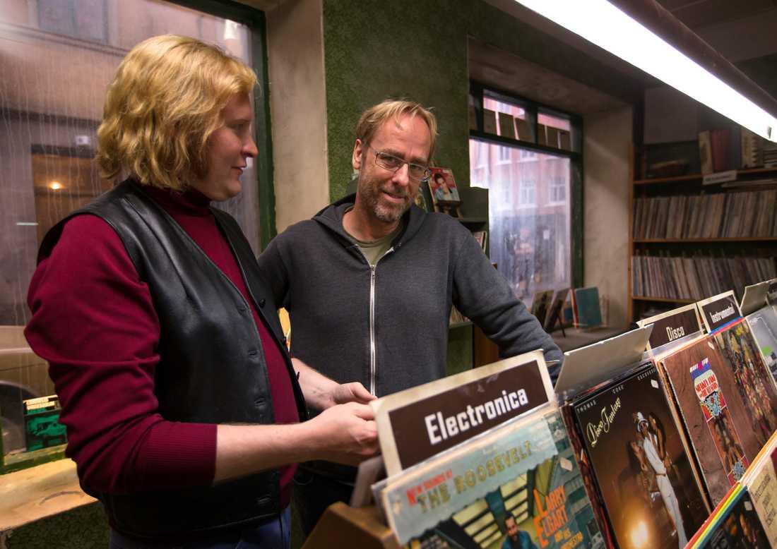 Henrik Dorsin och Ulf Malmros bläddrar bland gamla plattor.