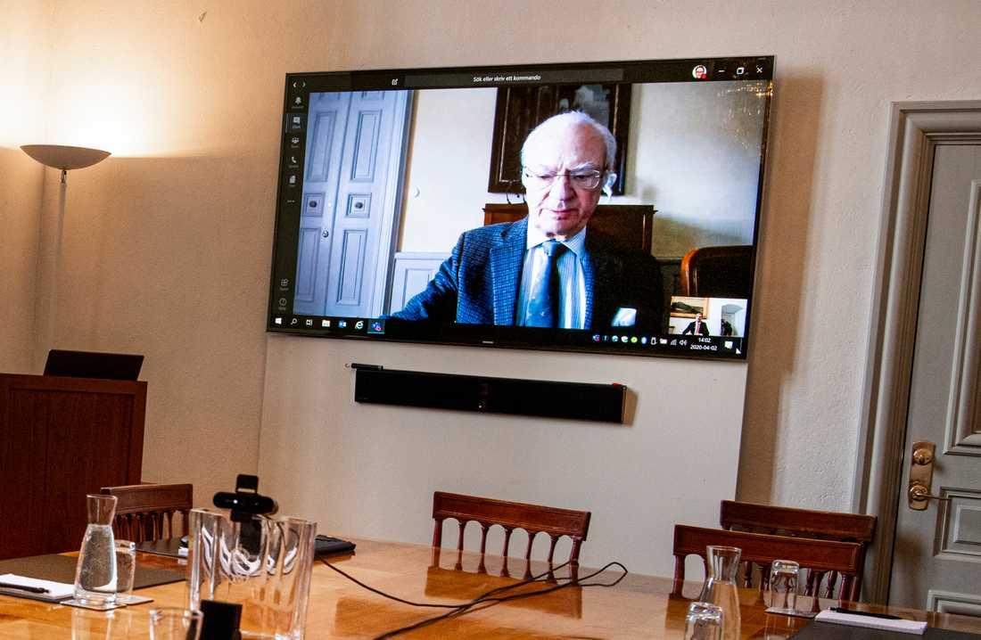 Kung Karl Gustaf håller videomöte från Stenhammars slott. På söndag talar han också till folket. Arkivbild.