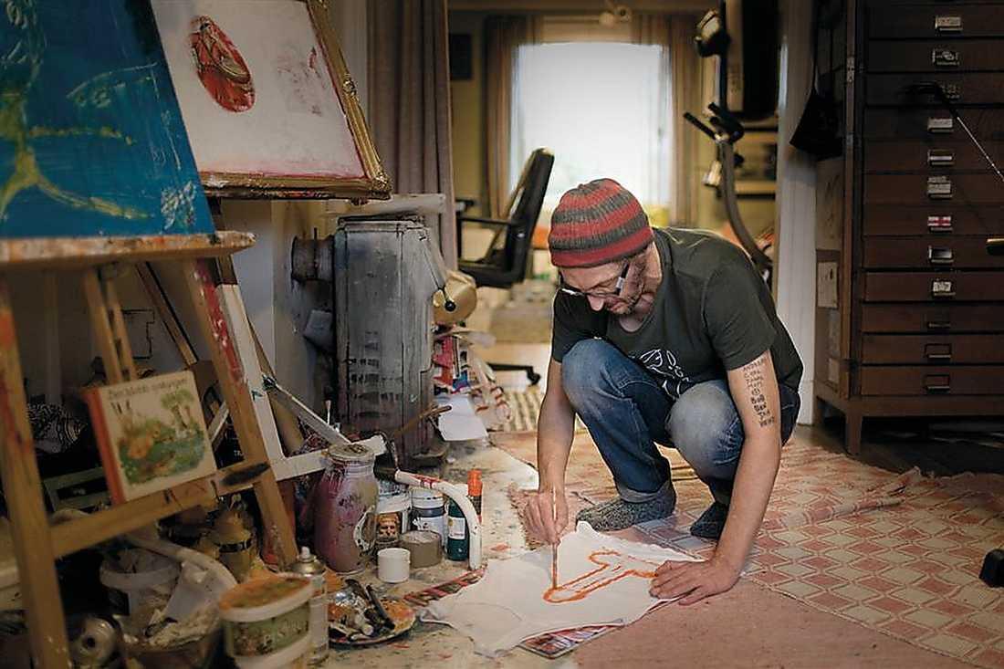 Olle Ljungström i ateljén. Hans bok är rikligt illustrerad med foton, målningar och teckningar. Men fyllehistorierna tar mer plats än konsten.