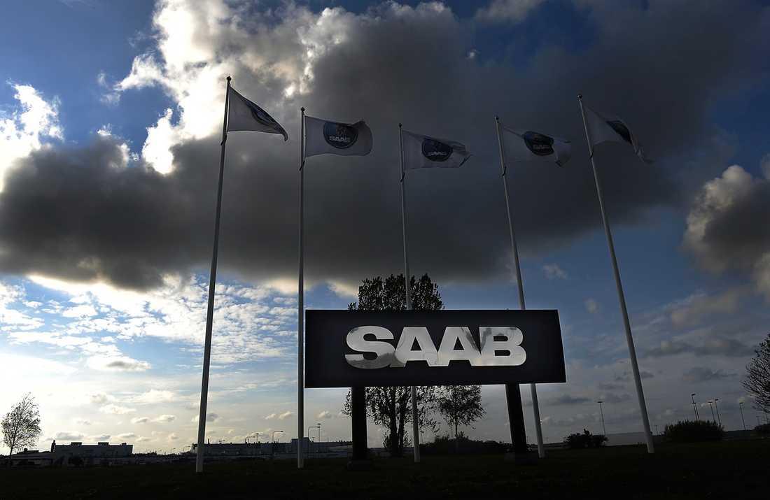 """FÖRSÖKER FÖRGÄVES  I går offentliggjordes att Saab Automobile i Trollhättan har tecknat avtal med kinesiska bildistributören Pang Da. En affär som ska säkra Saabs skakiga finanser på kort sikt. Men det finns uppgifter om att Saab möter motstånd inom regeringen. Den ryske finansmannen Vladimir Antonovs talesman Lars Carlström hävdade i Aftonbladet i går att regeringen vill utplåna företaget. Och enligt källor med god insyn i Saab finns samma känsla hos ledningen för bolaget. Saab får inte längre någon direktkontakt med näringsminister Maud Olofsson. """"De är väldigt förvånade"""", säger källan till Aftonbladet."""